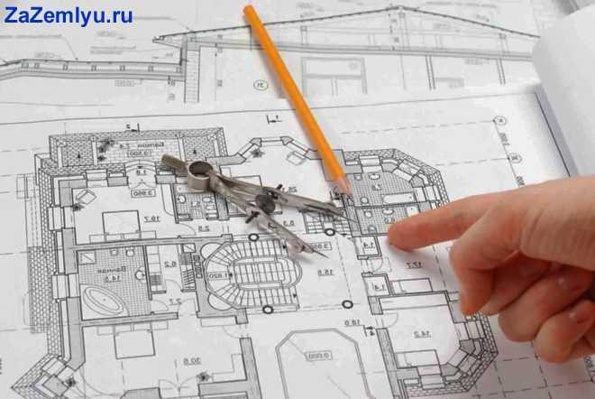 Мужчина нарисовал чертеж дома карандашом