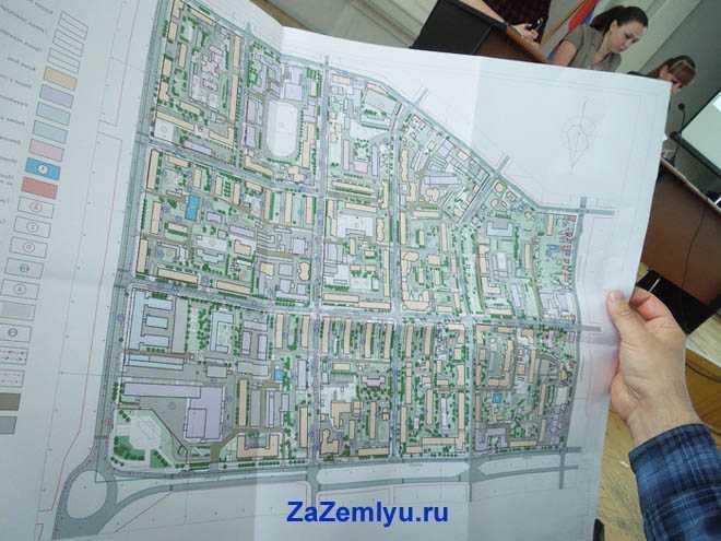 Мужчина держит в руке карту города