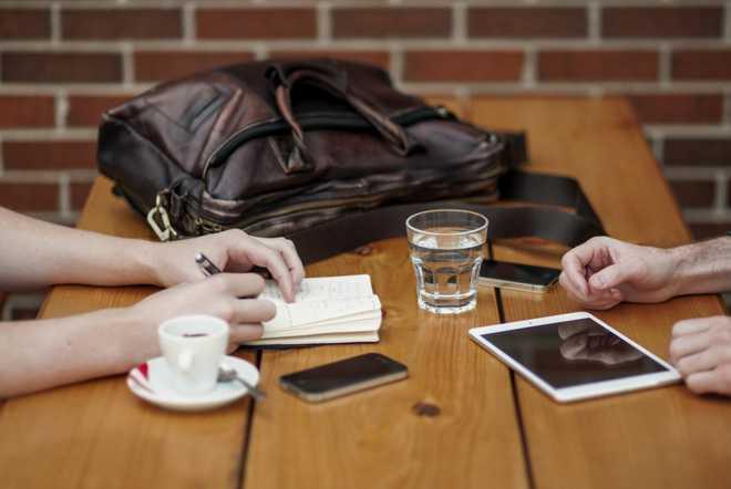 Бизнес-встреча, за столом сидят двое людей и обсуждают дела