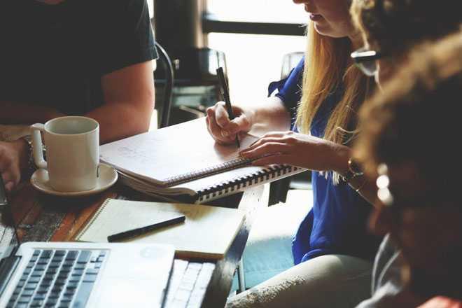 Коллеги работают вместе с документами