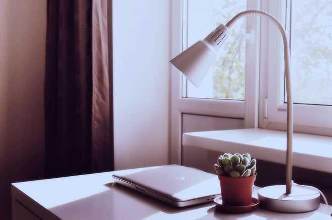 Письменный стол, настольная лампа