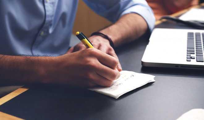 Бизнесмен делает рабочие записи в блокнот