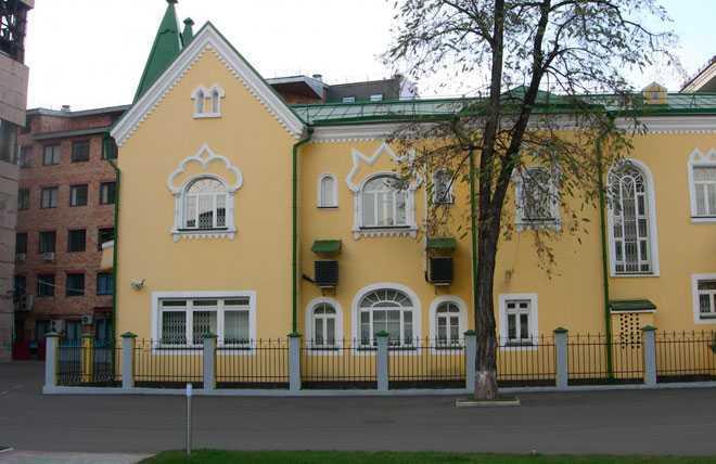 Желтое двухэтажное здание
