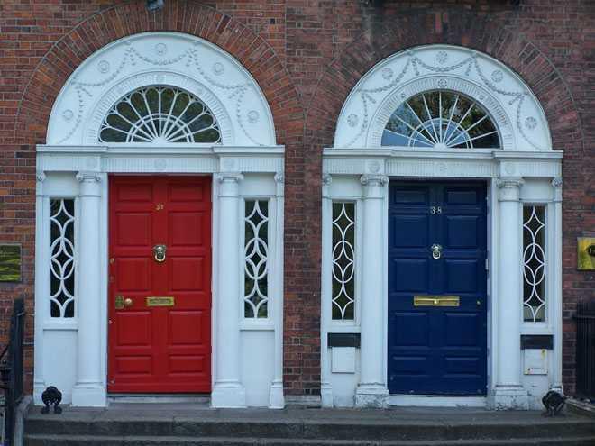Красная и синяя входные двери