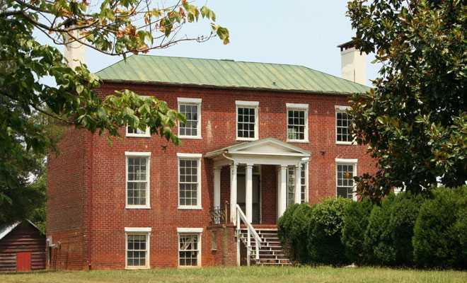 Красное каменное здание