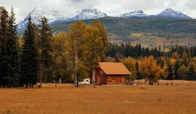 Дом, горы, осенняя погода