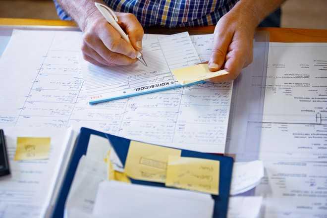 Мужчина работает за письменным столом