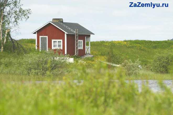 Красный домик на берегу реки