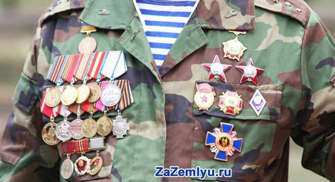 Военный с орденами и медалями