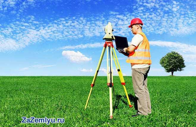 Работник измеряет площадь участка