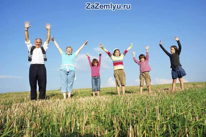 Семья встала в ряд и подняла руки вверх