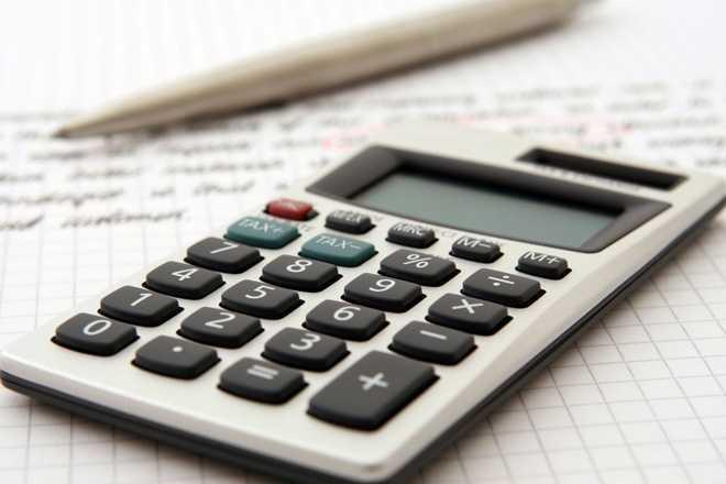 Цифровая клавиатура калькулятора, текст на бумаге, шариковая ручка