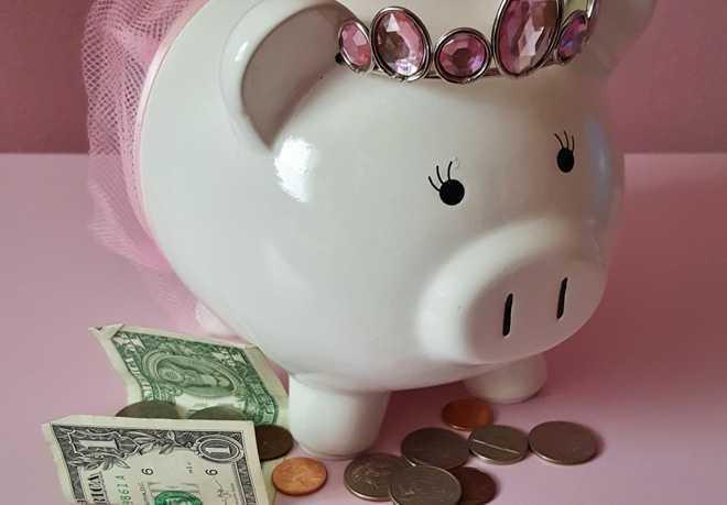 Фарфоровая копилка-хрюшка в розовой юбочке, деньги