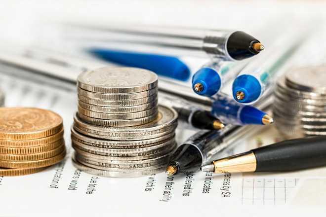 Монеты, шариковые ручки, документы