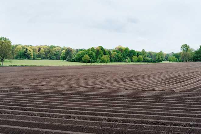 Борозды на поле, вспаханное поле