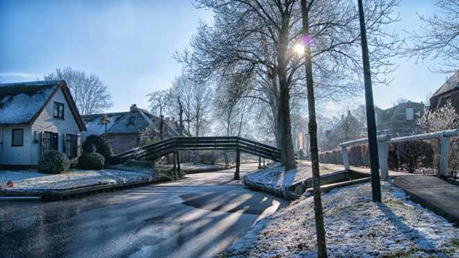 Зимняя погода,мост через речку, дом