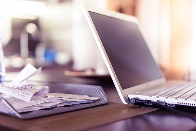 Ноутбук, бумаги