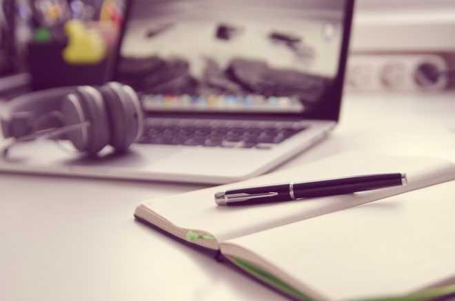 Ноутбук, наушники, тетрадь, шариковая ручка