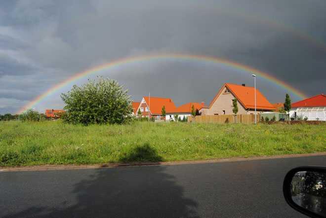 Радуга над деревенскими домами
