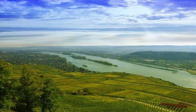 Долина с полями вдоль реки