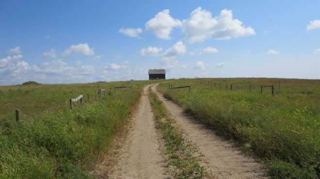 Проселочная дорога, домик вдалеке
