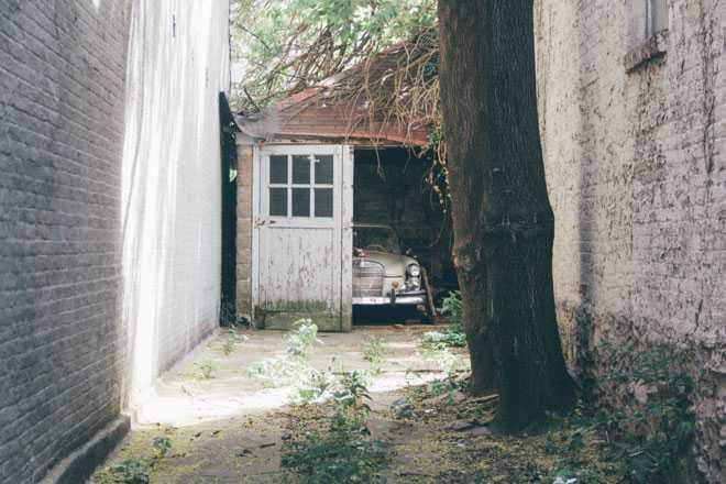 Старый гараж в доме