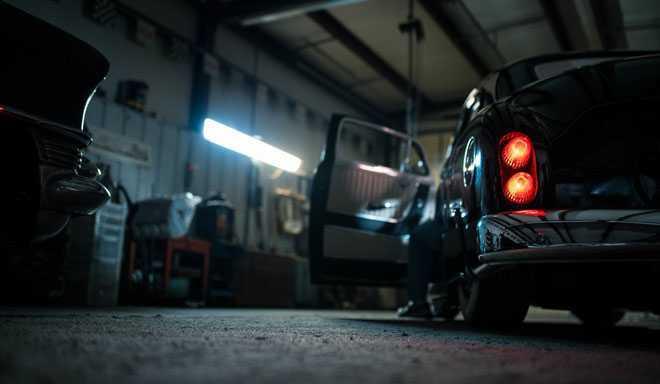 Машина в гараже