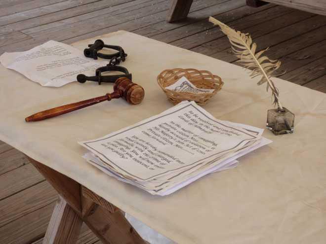 Письменный стол, перо, бумаги