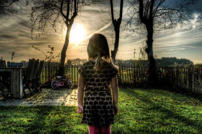 Девушка во дворе своего дома