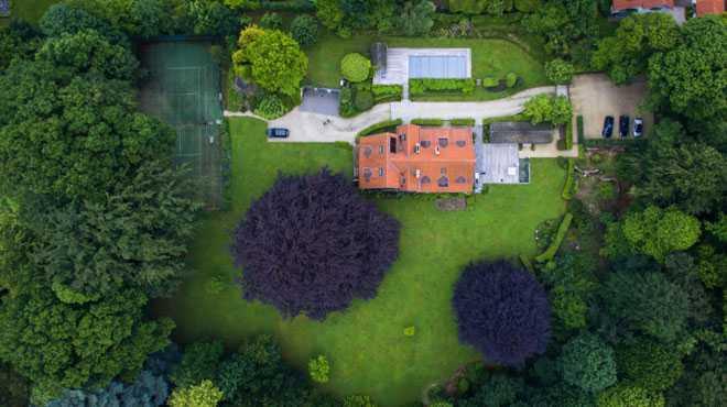 Зеленый сад с домом, вид сверху