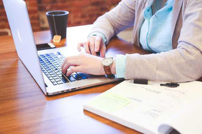 Девушка работает дома за ноутбуком
