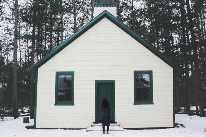 Белый домик с зеленой крышей, дверью