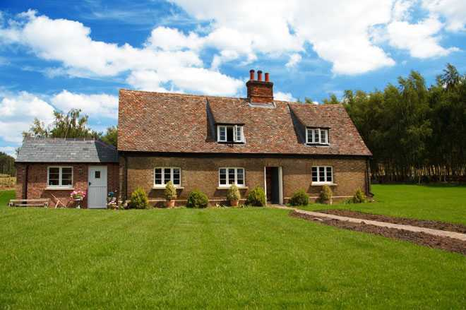 Частный дом, зеленый газон, солнечная погода