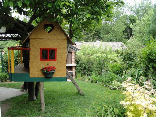 На садовом участке домик