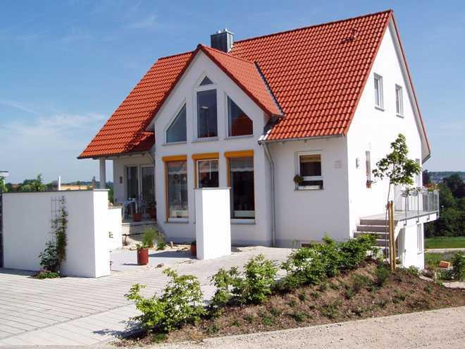 Дом с красной крышей, клумба