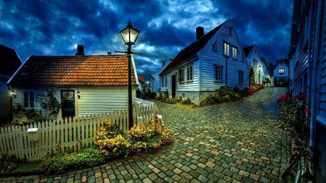 Мощенная дорога между домами
