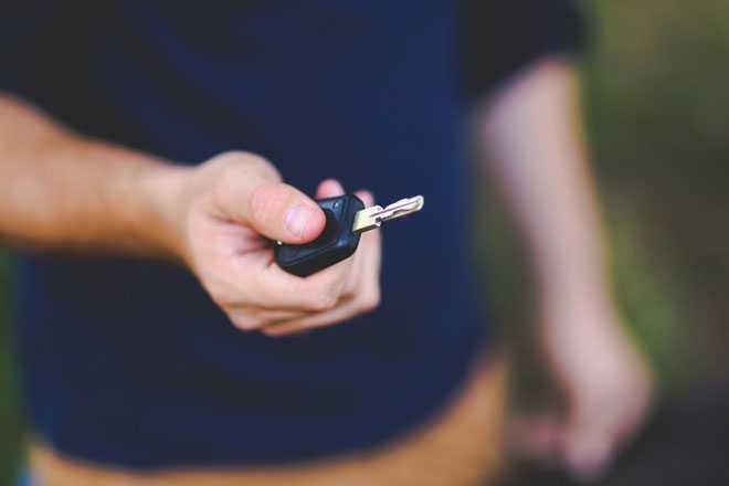 Мужчина держит в руке ключи