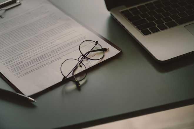 Тетрадь, очки, ноутбук
